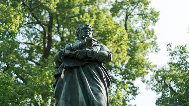 Aargauer Die Bronzefigur von Heinrich Zschokke steht im Kasinopark Aarau.Bild: Mario Heller