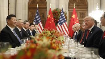 Chinas Präsident Xi (l.) samt Delegation am G20-Gipfel im Gespräch mit Trump.
