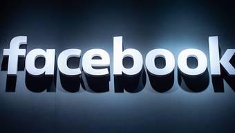 ARCHIV - Das Logo von Facebook ist auf der Videospielmesse Gamescom abgebildet. Foto: Christophe Gateau/dpa