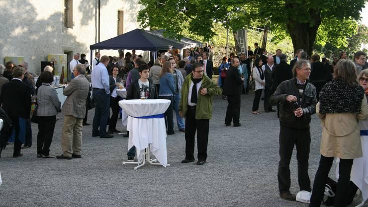 Die Konzertbesucher geniessen am Freitagabend die letzten Sonnenstrahlen im Schlosshof vor dem Music-Comedy-Programm «A little Nightmare Concert». Foto: PMN