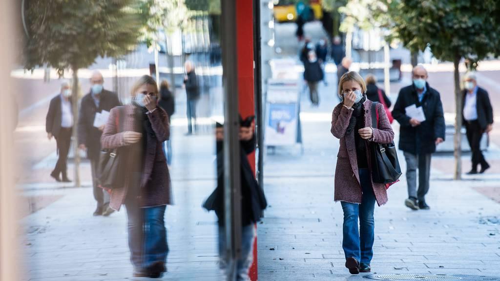 Ab dem 29. Oktober soll im Freien eine Maske getragen werden, wenn der Mindestabstand nicht eingehalten werden kann. (Archiv)