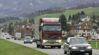 Die Lärmsanierung auf der Thalstrasse in Laupersdorf wird durch den Einbau einem lärmdämmenden Belag gewährleistet.
