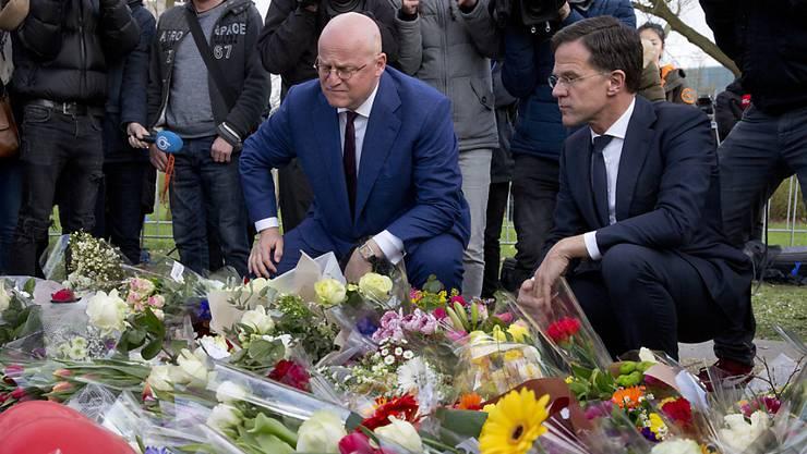 Ministerpräsident Rutte (rechts) und Justizminister Grapperhaus (Mitte) trauern mit der Bevölkerung um die Anschlagsopfer von Utrecht.