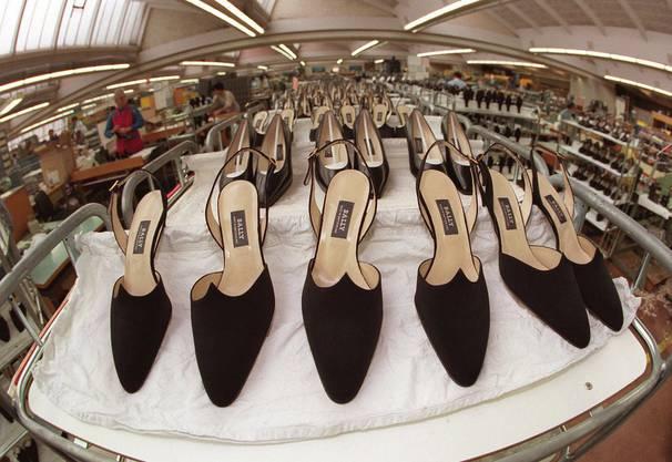 Die letzten Damenschuhe laufen in der Produktionshalle des Schuhkonzerns Bally in Schoenenwerd (SO) am 22. Oktober 1997 vom Band.
