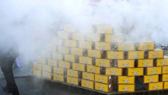 """Rauch qualmt über den Unterschriftenkisten bei der Einreichung der Initiative """"Ja zum Schutz der Kinder und Jugendlichen vor Tabakwerbung"""" in Bern."""