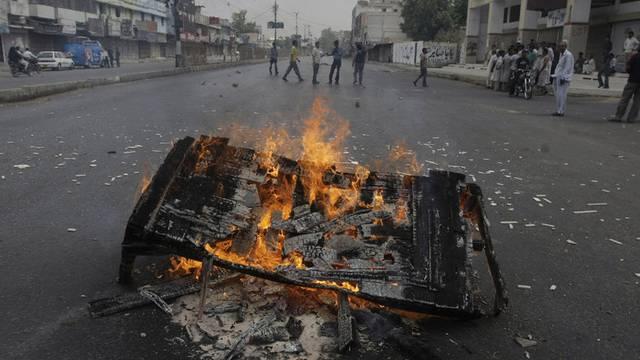 Ein brennendes Sofa in den Strassen von Karachi (Pakistan)