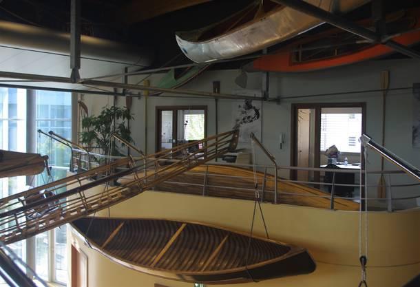 Die Boote sind in einer Art Wechselausstellung an den Wänden und an der Decke montiert.