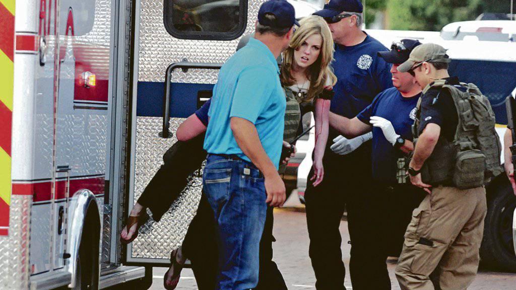 Rettungskräfte behandeln eine verletzte Frau nach Schüssen in einer Bibliothek in Clovis im US-Bundesstaat New Mexico.