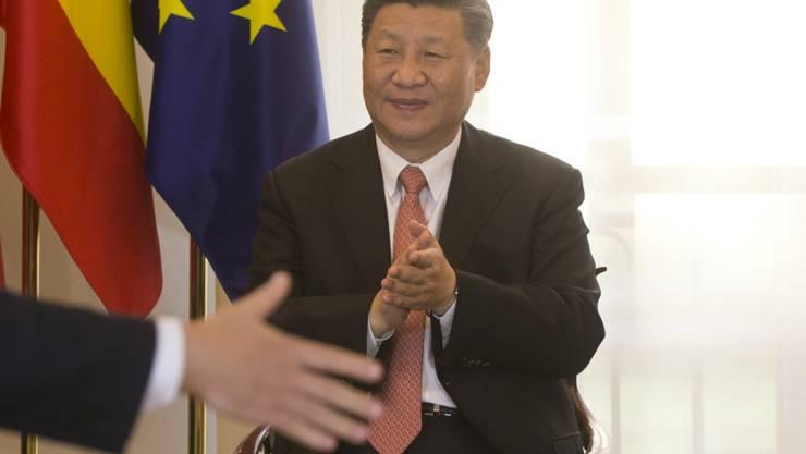 Will nicht mir dem dem Honigbären Winnie Puuh verglichen werden: Der chinesische Präsident Xi Jinping bei einer Vertragsunterzeichnung in Madrid.