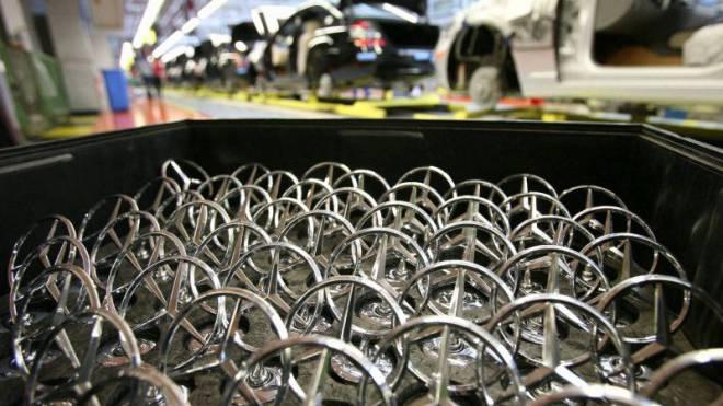Die deutsche Industrie ist erfolgreicher unterwegs als die schweizerische: Montagebereite Mercedes-Sterne im Werk Stuttgart. Foto: Keystone