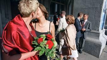 Gleichgeschlechtliche Paare haben es in der katholischen Kirche schwerer als in der reformierten (gestellte Szene). KEYSTONE/Martin Ruetschi