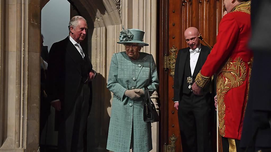 Statt mit der Kutsche fuhr die Queen mit einem Auto die kurze Strecke zwischen dem Buckingham-Palast und dem Parlament. Begleitet wurde sie von ihrem ältesten Sohn, Thronfolger Prinz Charles (l.).