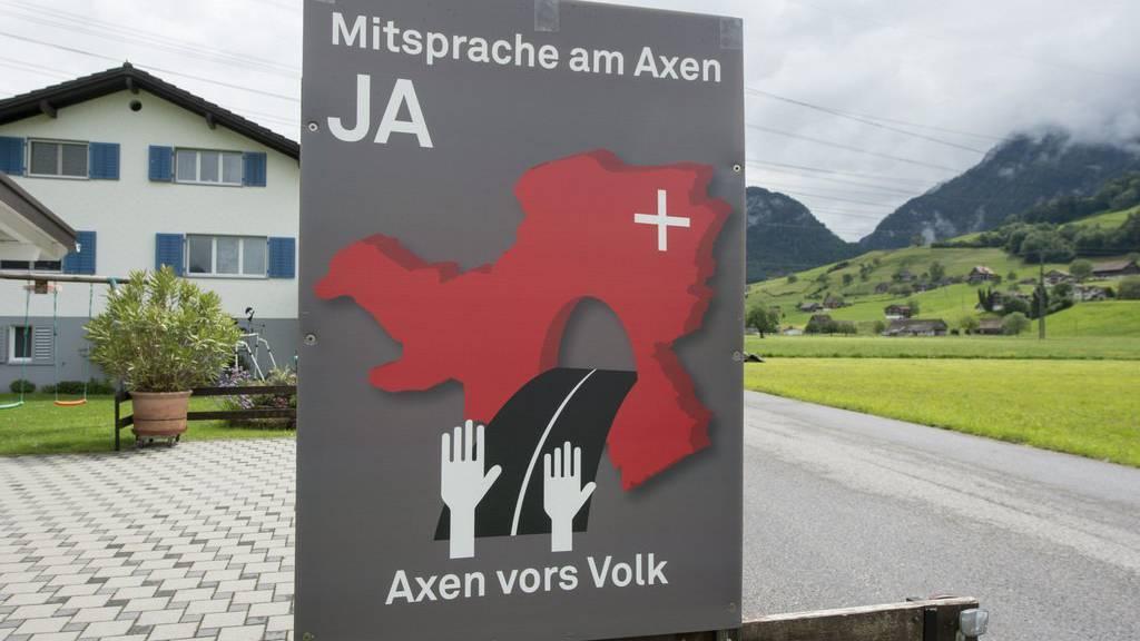 Ein Plakat der Volksinitiative «Axen vors Volk - Für Sicherheit ohne Luxustunnel», in Brunnen.