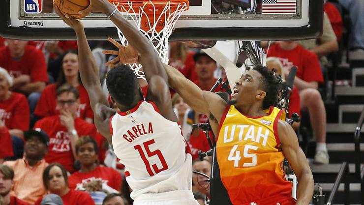 Clint Capela (links am Korb) schliesst für Houston ab