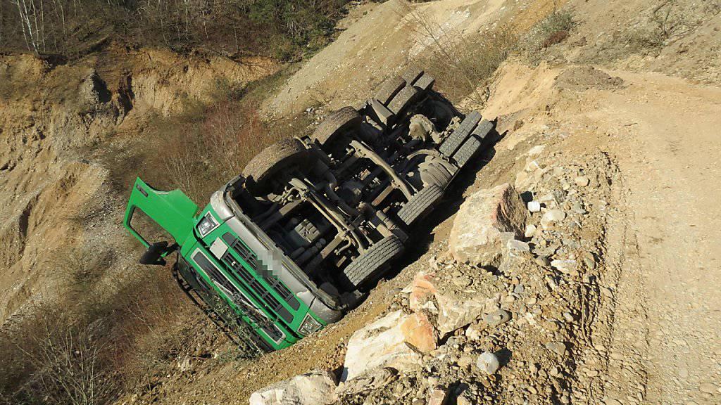 Ein Lastwagen kippte in Zeiningen AG in eine Kiesgrube. Der 75-jährige Fahrer wurde aus der Kabine geschleudert und erlitt schwere Kopfverletzungen.