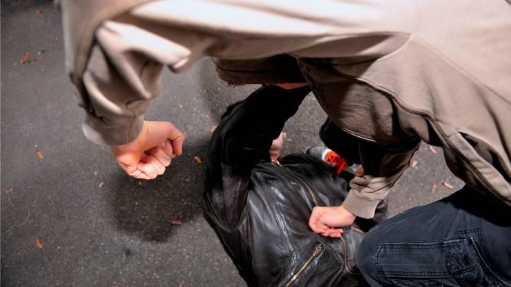 Das am Boden liegende Opfer wurde mehrfach gegen den Kopf getreten. (Symbolbild)