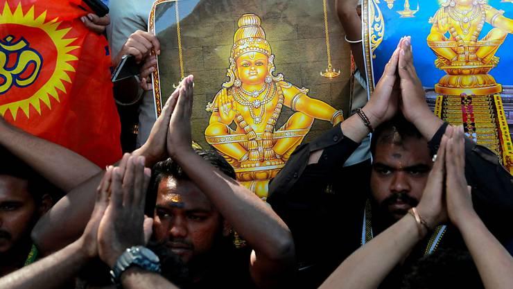 Männer protestieren gegen den Besuch von Frauen in einem indischen Tempel.