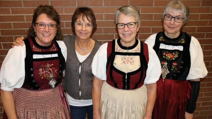 Seit über 30 Jahren ist Martine Ziegler (2.v.r.) Mitglied des Bäuerinnen- und Landfrauenvereins Wasseramt. Mit ihr posieren (v.l.): Die aktuelle Präsidentin Sabine Havelka sowie die ehemaligen Präsidentinnen Alice Stampfli und Rosa Widmer.