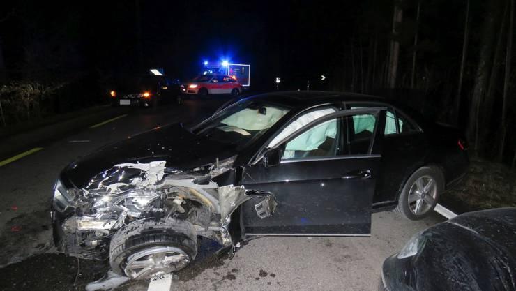 Der demolierte Wagen des Junglenkers.