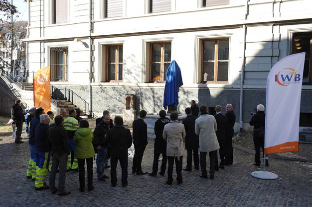 Die Versammlung erwartet gespannt die Enthüllung Neptuns.