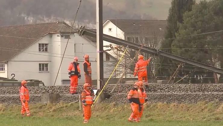Mitarbeiter der SBB schauen sich am Mittwochnachmittag den Schaden an. (Archiv)