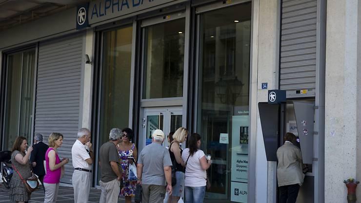Die griechischen Banken - hier eine Schlange vor eienr Bank in Athen - erhalten auch weiter Notkredite. Allerdings werden diese nicht erhöht. Dies entschied die Europäischen Zentralbank am Montag.