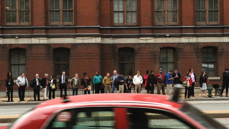 Pendler warten in Washington auf eine Mitfahrgelegenheit in Richtung Agglomeration.