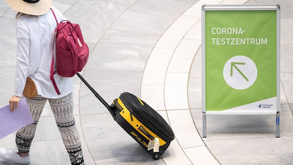 ARCHIV - Symbolbild: «Corona-Testzentrum» steht auf einem Schild am Stuttgarter Flughafen. Foto: Sebastian Gollnow/dpa