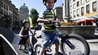 Keiner zu klein, ein Velofahrer zu sein: Kinder am Berner Velofest vor dem Bundeshaus.