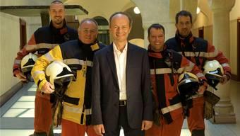 Polizeivorsteher Richard Wolff (AL) mit Feuerwehrleuten: Nebst anderem soll sein Departement umbenannt werden.PD