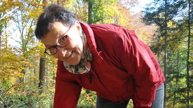 Doch noch ein Speisepilz: Lotti Rösti (64) findet einen Riesenschirmling.