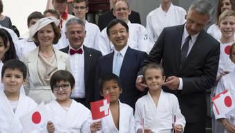 Burkhalter und der japanische Kronprinz Naruhito mit Aikido-Kindern