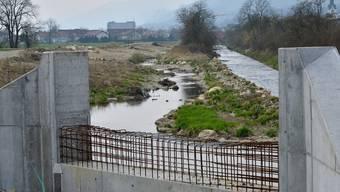 Blick in den östlichen Teil des zu renaturierenden Dünnernlaufs. Vorne das Widerlager der neuen Brücke.