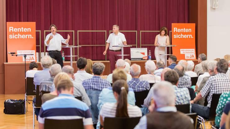 Angeregte Podiumsdiskussion in Niederrohrdorf: SP-Ständerat Paul Rechsteiner und Befürworter der Rentenreform 2020 (links) duellierte sich mit der FDP-Präsidentin Petra Gössi (rechts). Moderiert wurde der  Schlagabtausch von AZ-Redaktor Mathias Küng.