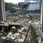 Ein Mann geht an einem Haus vorbei, das von der aserbaidschanischen Artillerie durch Beschuss zerstört wurde. Foto: --/AP/dpa