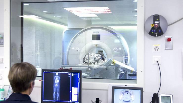 Risikopatientinnen werden künftig mit Magnetresonanz-Tomographie auf Brustkrebs untersucht. Das Verfahren liefert bessere Diagnosen und ist auch weniger schmerzhaft (Archiv)