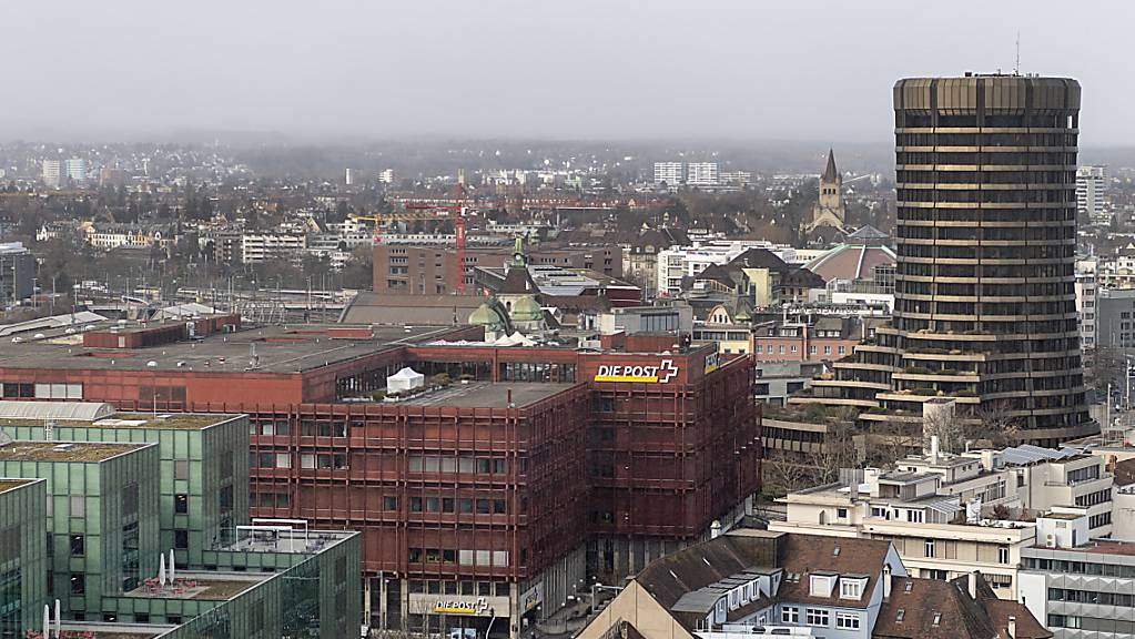 Die Bank für Internationalen Zahlungsausgleich BIZ in Basel (Turm rechts) hat sich am Montag zufrieden mit der ultralockeren Geldpolitik gezeigt und die Massnahmen vieler Notenbanken explizit gelobt. (Archivbild)