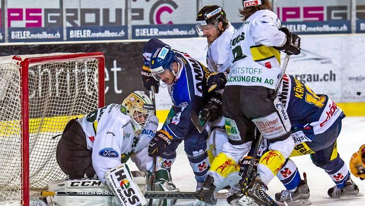 Langenthals Stürmer Nico Dünner (2. von links) setzt sich gegen die Thurgauer Defensive durch und erzielt das 1:3.