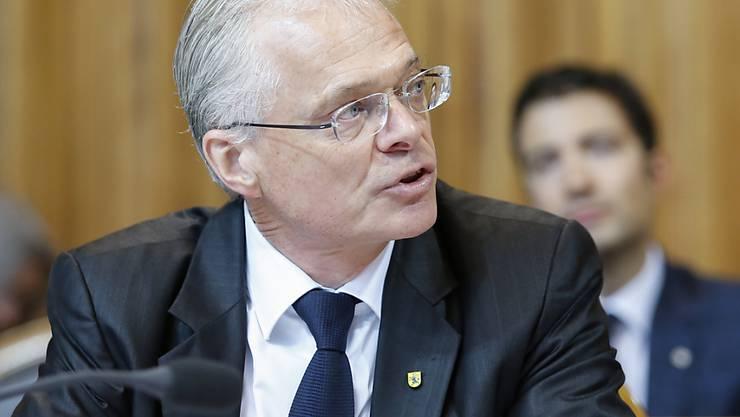 Der parteilose Schaffhauser Ständerat Thomas Minder fordert, dass Abstimmungsvorlagen wie der AHV-Steuerdeal künftig nicht mehr möglich sind. Die Staatspolitische Kommission des Ständerates hat seinen Vorstoss angenommen. (Archiv)