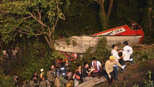 Rettungskräfte eilen den Verletzten zur Hilfe
