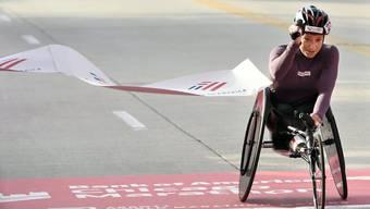 Geschafft: Manuela Schär überquert die Ziellinie. (Paul Beaty/AP)