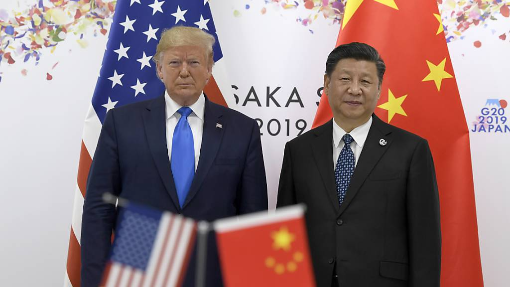 China dürfte die USA im Jahr 2028 wirtschaftlich überholen. Im Bild der noch amtierende US-Präsident Donald Trump (links) und der chinesische Präsident  Xi Jinping. (Archivbild)