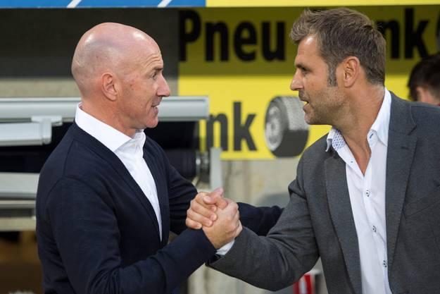 Handshake zwischen Luzern-Trainer Carlos Bernegger und Aarau-Coach Sven Christ.
