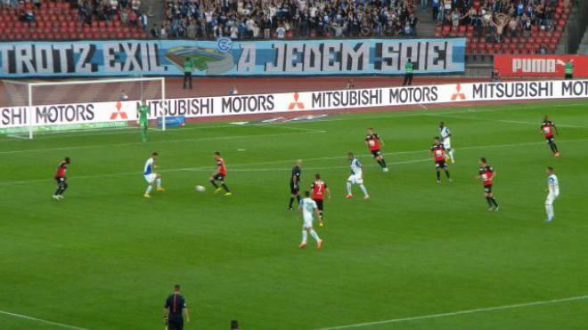 Gekonntes Pressing im Letzigrund: GC lässt dem FC Aarau keinen Spielraum. Foto: Fabian Kienast