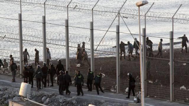 Rettungskräfte arbeiten in Ceuta