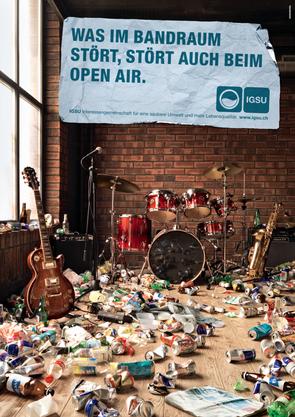Ob im Schwimmbad, im Bandraum, im Club oder im Ferienhäuschen - auf den Plakaten ist alles übersät mit Abfall.