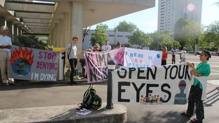 Vor dem Rathaus versammelten sich Klimademonstranten, die für rasche Massnahmen gegen den Klimawandel plädierten.