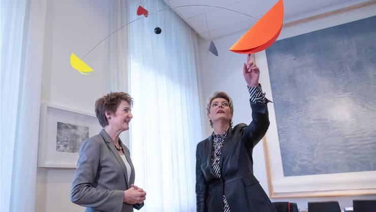 Schlüsselübergaben im Bundeshaus: Von Simonetta Sommaruga (SP) an Karin Keller-Sutter (FDP)...
