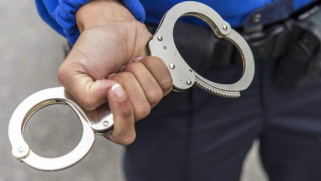 Mann hustet absichtlich Polizisten an