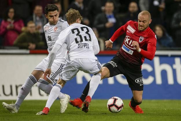 Marco Schneuwly (r.) versucht an gleich zwei Liechtensteinern vorbeizuspielen.